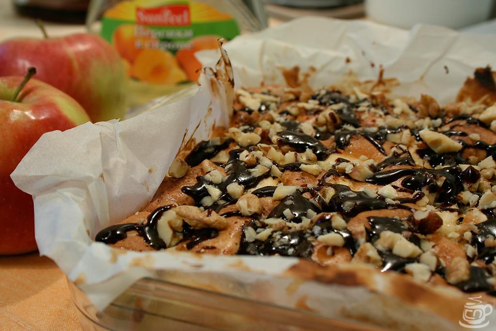 Шарлотка с яблоками, консервированными персиками и шоколадом, 2014